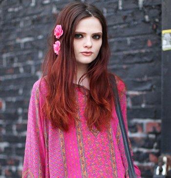 18岁女生染酒红色头发显老吗 女生酒红色挑染发型