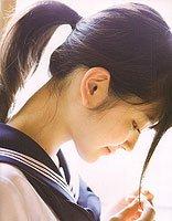 中学生斜刘海马尾辫发型 刘海卡起来扎马尾的发型