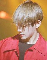 遮住眼睛的男生发型 韩国男生发型图片