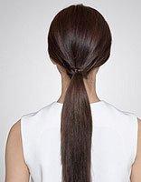 流行欧美直发发型扎法 中发发型的简易扎发造型