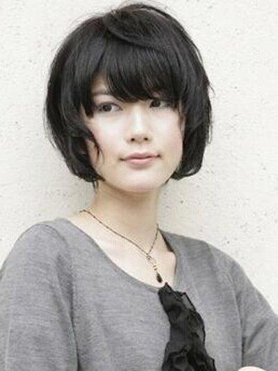中短发黑色烫发发型 甜美黑中烫发型图片
