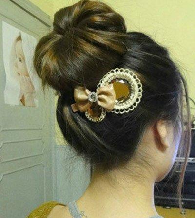 用工具的丸子头的扎法 女生丸子头扎发技巧