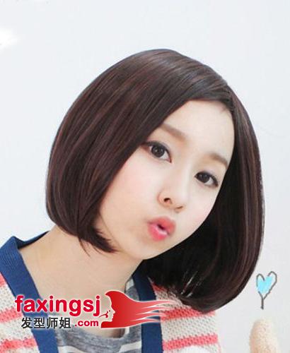 偏分刘海波波头 饱满时尚的波波头线条微微呈现出内扣的弧度,将女生的脸颊包裹其中,偏分的刘海设计,凸显出了可爱的脸庞,俊俏可爱。