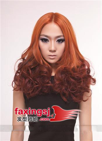 中分的刘海发型,和渐变色的染发融合在一起,共同衬出了发型的