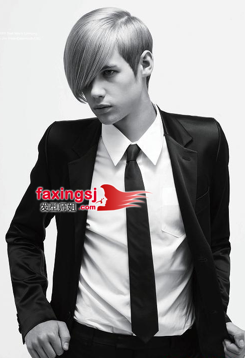 lili 分享到  这款照片以黑白色调为基准,将时尚的沙宣发型衬得更加图片