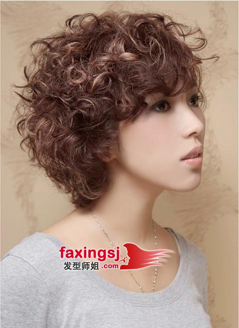 斜分的长刘海儿,搭配蓬松自然的大波浪,糖果味时尚可爱的女生发型设计图片