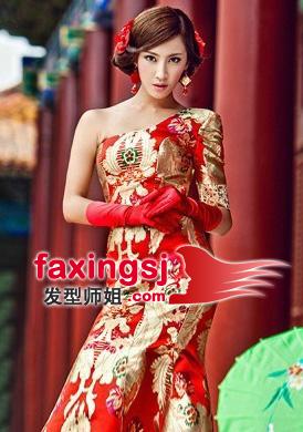 点缀上红色的头饰,增添了许多美感,穿戴上一身浓浓中国风的旗袍,尽显