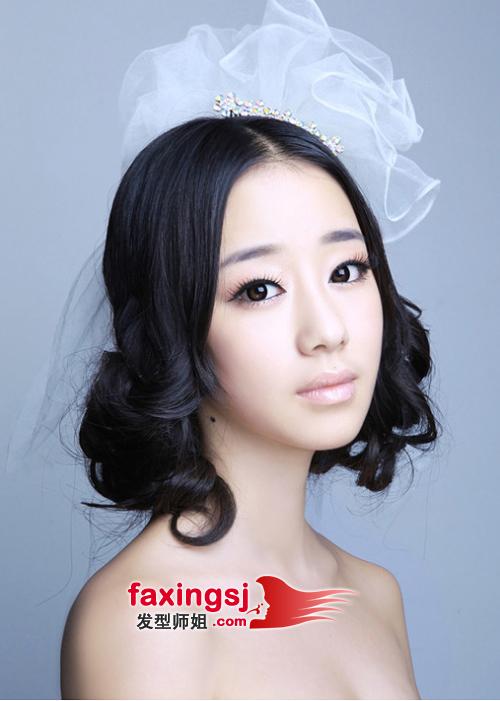 圆脸的中分卷发低盘发发型; 圆脸女生如何做韩式盘发 韩式盘发精彩图片