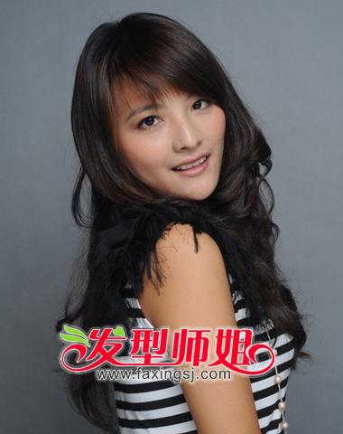 尽显女生气质 斜刘海长卷发图片_发型师姐图片