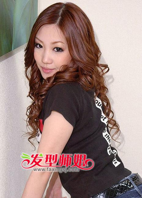 气质披肩中分长卷发发型图片欣赏(3)图片