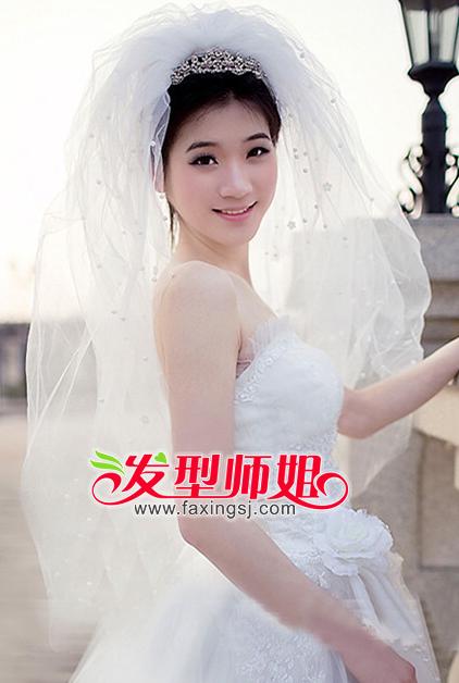 形成中分样式,发顶处佩戴上高贵的皇冠发饰,搭配上洁白的头纱,浪漫