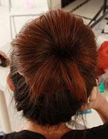 蓬松立体的清爽盘发 无需梳子就能打造的花苞头
