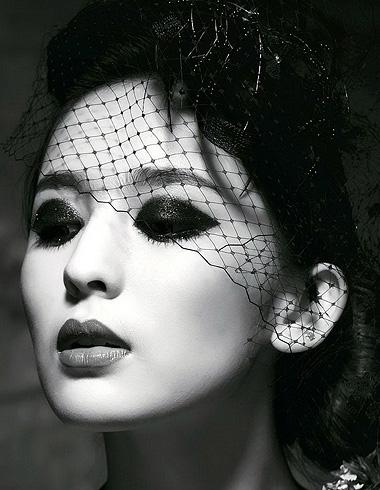 古力娜扎钟爱简约发型 优雅盘发演绎迷人魅力