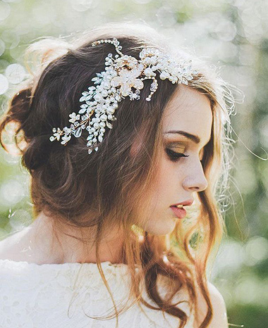 准新娘们在拍婚纱照时都非常的重视,好的发型能够展现出新娘最漂亮的图片