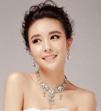 女生在结婚当天适合什么发型脸部两侧宽下巴尖尖,希望图片