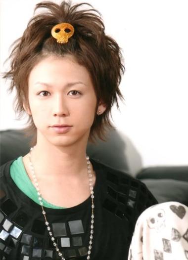 刘海长发等等造型也是层出不穷,男生短发中长发扎辫子很常见,从日本花图片
