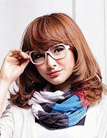 戴眼镜斜刘海卷发发型 斜刘海发尾微卷发发型图片