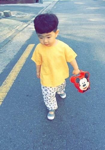 小孩子们也有时尚的特权,尤其是小男孩们,发型对他们来说更是重要图片