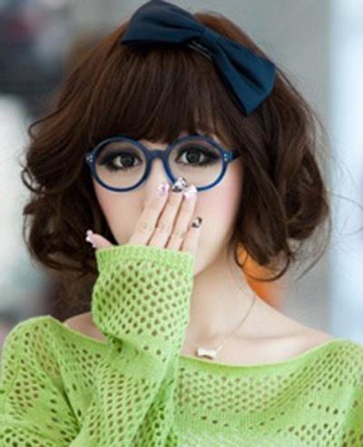 圆脸带眼镜女孩适合的短发 戴眼镜女生圆脸短发图片