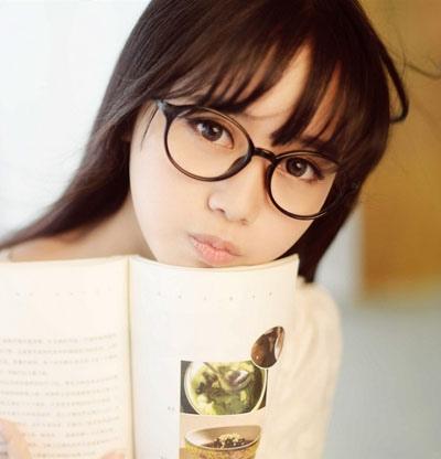 圆脸戴眼镜头发蓬松女生适合什么发型 女生圆脸戴眼镜适合的长发发型图片