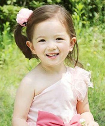 女孩的蘑菇头发型扎法,潮爸潮妈们赶快来为孩子们选择一款吧,塑造宝贝图片
