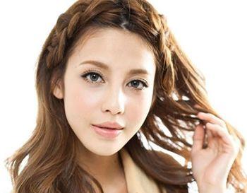 简单扎辫子发型 中分有小辫子的发型图片