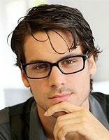 适合方脸头发少戴眼镜男生的发型 头发少方脸型适合什么发型