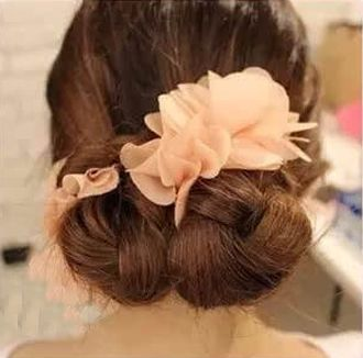 却因为翩仙的长发而闷热不已呢,所以最希望能有一款简单时尚的盘发,来图片