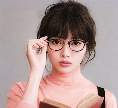 女孩戴眼镜扎头发的发型