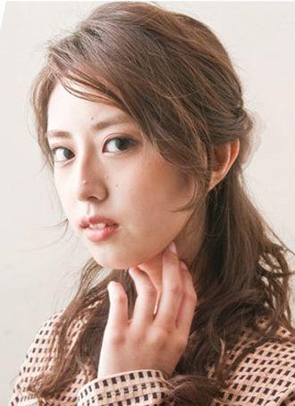 女生戴眼镜有刘海长发简单发型扎法 女生扎普通发型步骤图片
