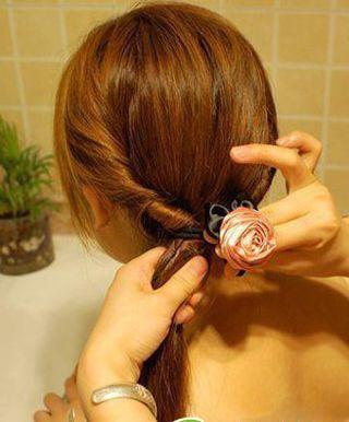 发型热点 > 好看的女学生发型 >   扎学生发型,辫子要怎么扎才合适呢?图片