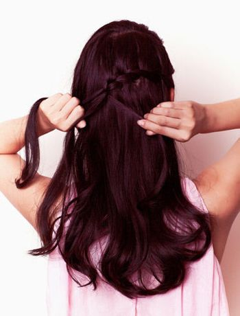 蝎子编头发的方法 在头发两侧编上小的蝎子辫