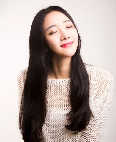 女生脸长,额头窄,头发多适合什么样的发型?