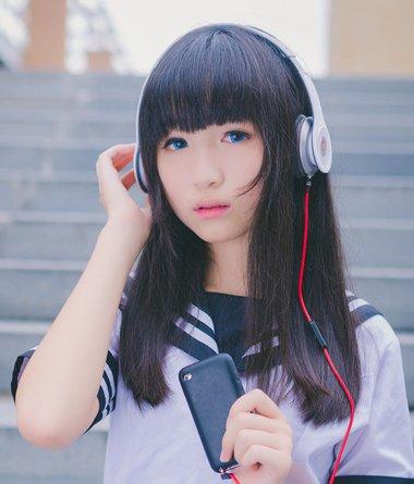 高个子女生黑长直头发 圆脸黑直长发发型