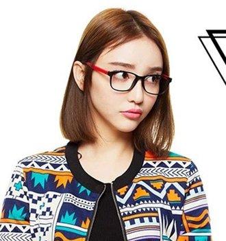 短发戴眼镜穿什么好看 戴眼镜的中分短发女