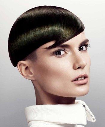 创意十足的女生沙宣短发发型,是在经典沙宣短发发型上改良而成的,复古图片