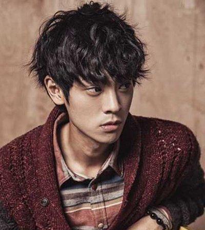 西瓜头发型是韩式短发发型中最为常见的款式,侧梳造型的短卷发也是不