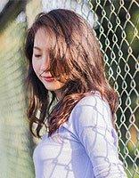 春日暖阳都成为你的点缀 中长发与毛衣才是最美搭