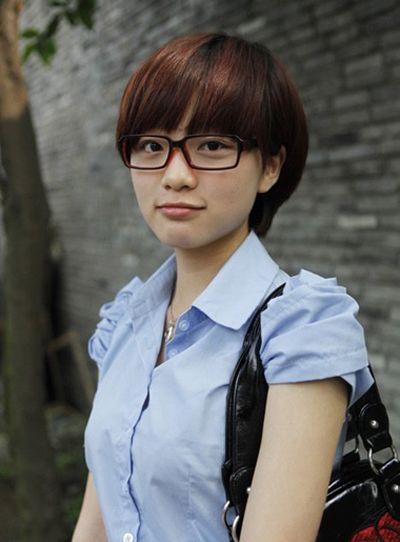 2016女学生戴眼镜短发发型图片 女学生戴眼镜适合什么样的特短的头发图片