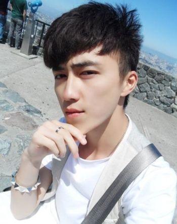 有斜刘海的男生学生发型 男斜刘海烫发发型