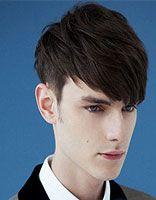 倒三角脸型男生适合什么发型 男性倒三角脸两额较突发型设计