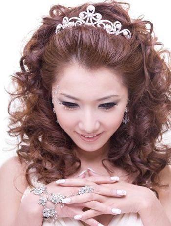 小卷卷发发型不仅可以从视觉上增加发量同样可以性感时尚带有独特的韵图片