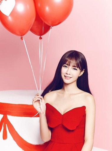 沈梦辰长卷发搭配红色裙 变嫩清纯起来
