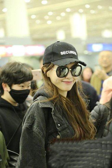 唐嫣机场中长卷发造型 甜甜的漂亮发型收拾少女心