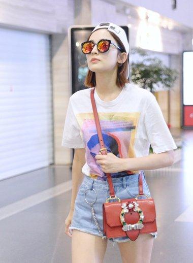 娜扎剪短发迎接夏天到来 纯白色反帽戴出女星潮流