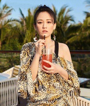 夏日旅行裙装发型 陈乔恩一款发型配最美裙