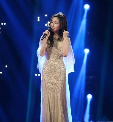 跨界歌王惊艳女艺人造型 礼服裙装发型浪漫对比