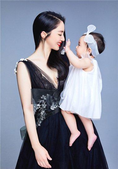 董璇中偏分卷发拍摄写真美照 时尚妈妈的潮流中长发