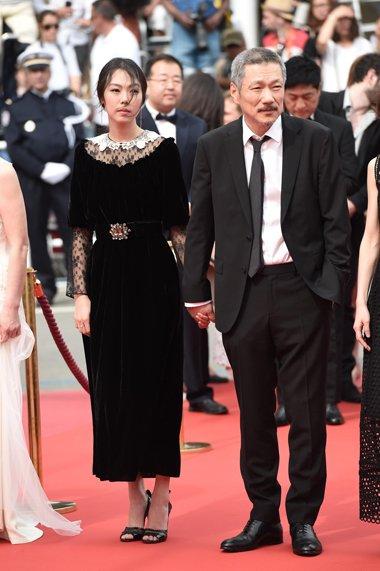 金敏喜梳简单马尾穿黑裙亮相 典型的复古风味造型