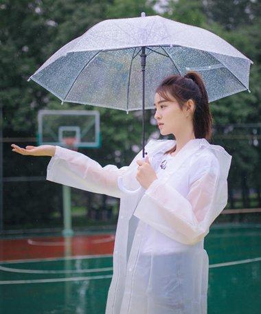 王佳宇校园写真秒变高中生 王佳宇示范90后女孩的漂亮发型